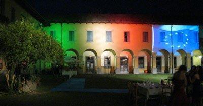 bandiera italiana ed europea proiettate su un palazzo