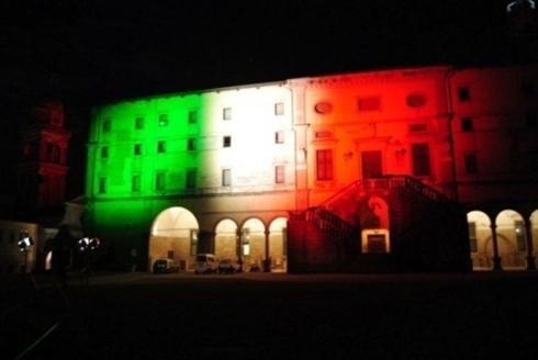 palazzo illuminato con i colori della bandiera italiana