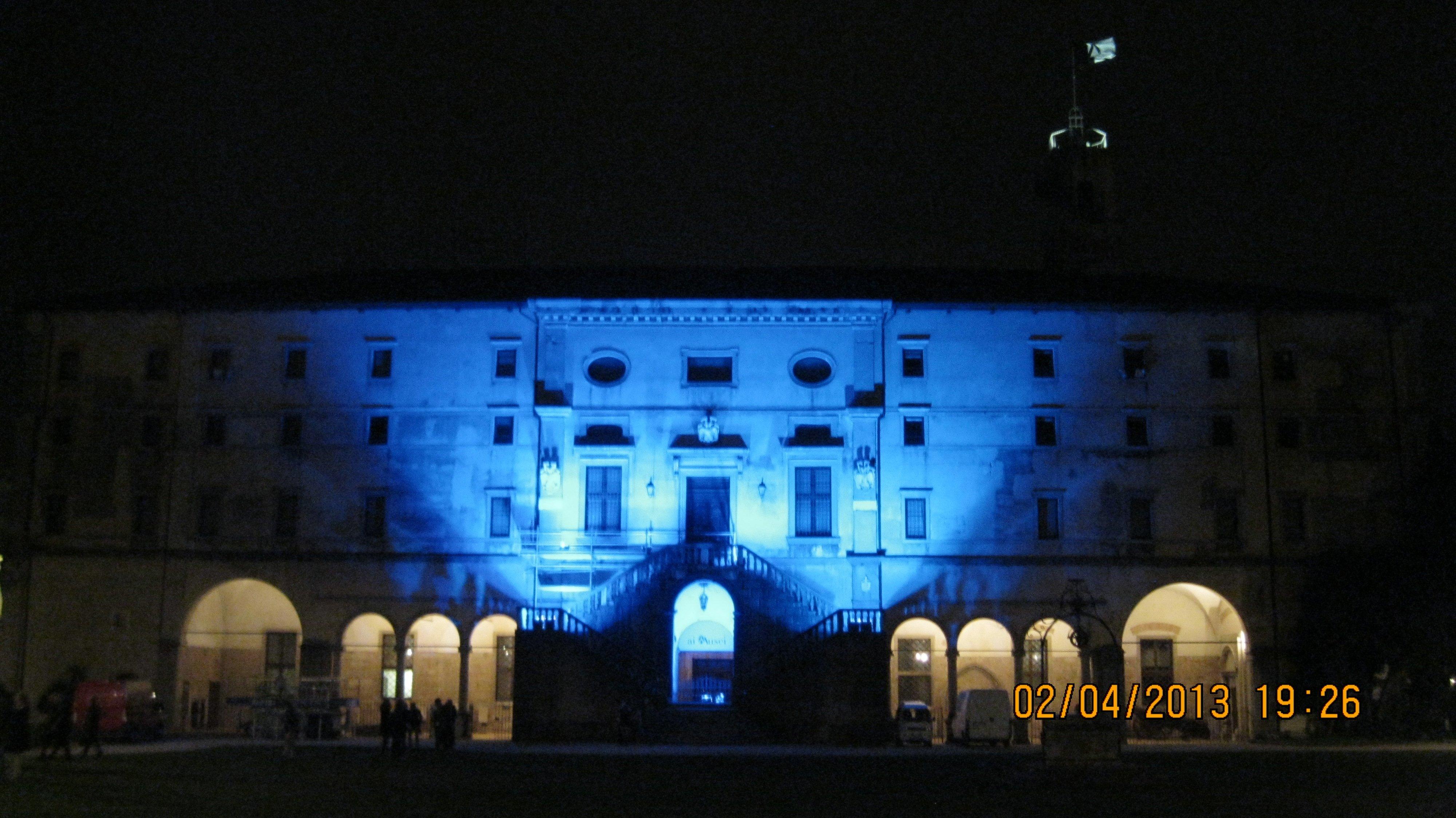 suggestiva immagine di luce proiettata su un palazzo