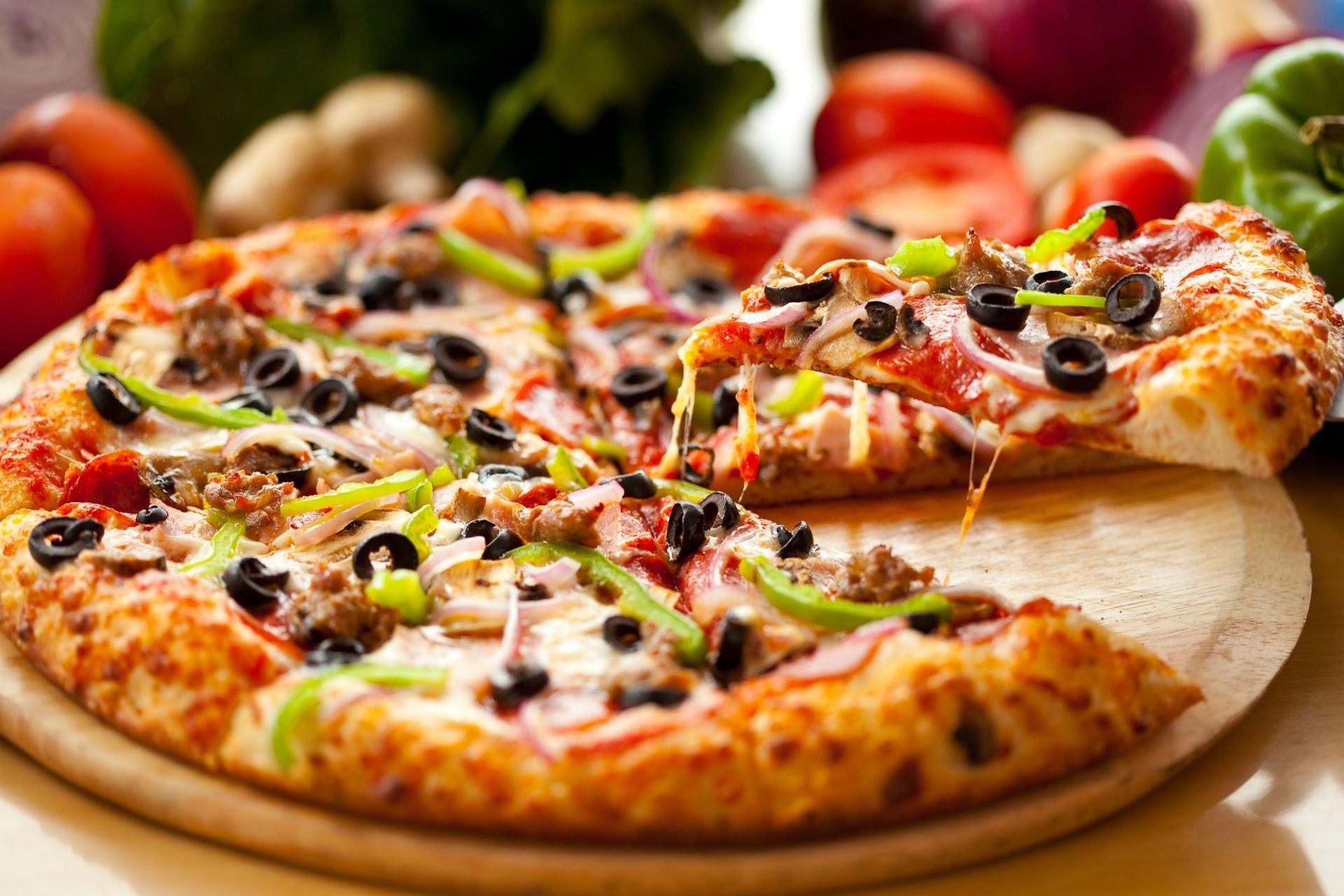 Pizza rossa di cipolla, peperoni e olive nere