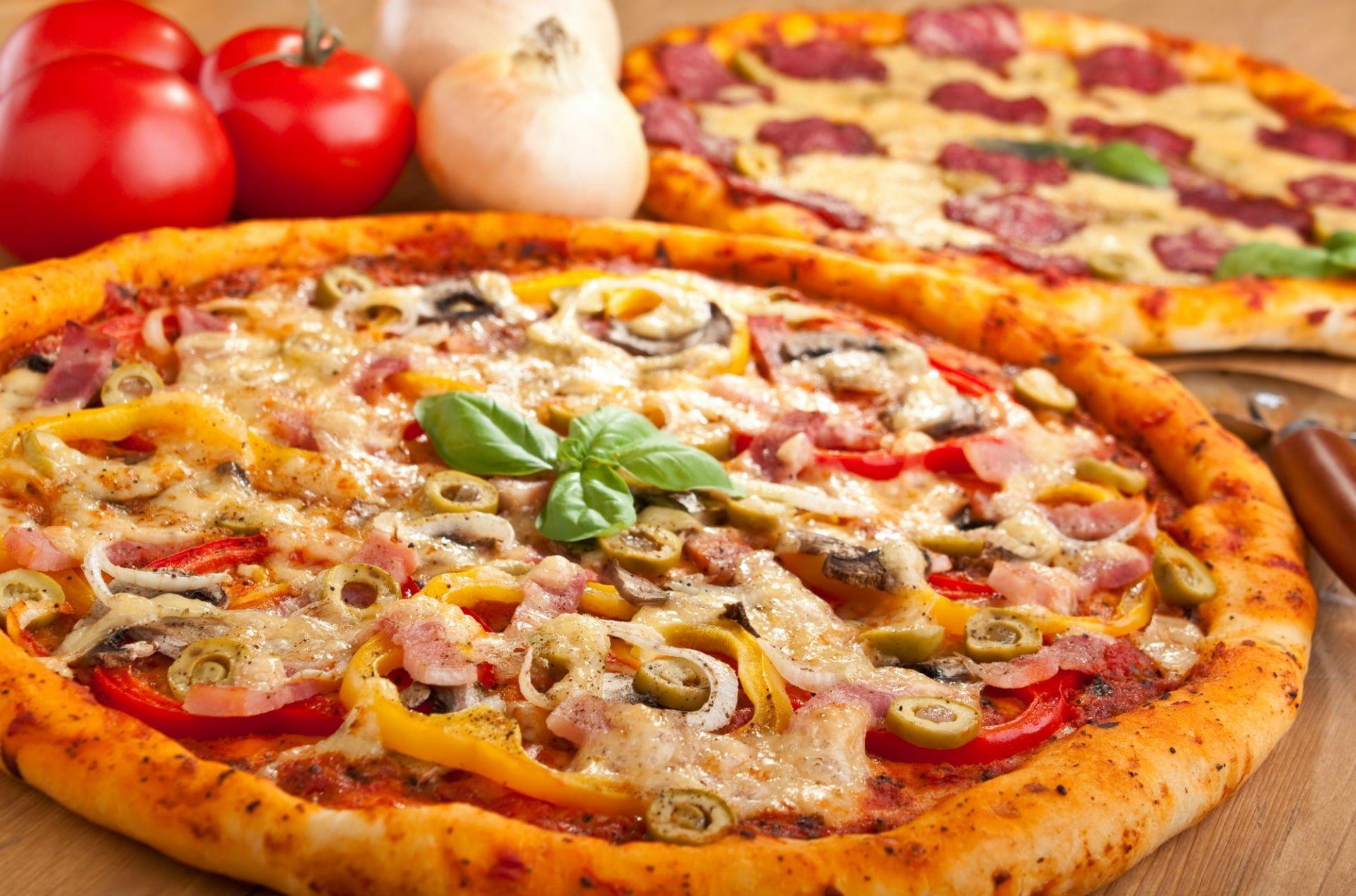 Pizza rossa di cipolla,peperoni giallo,bacon e olive verde