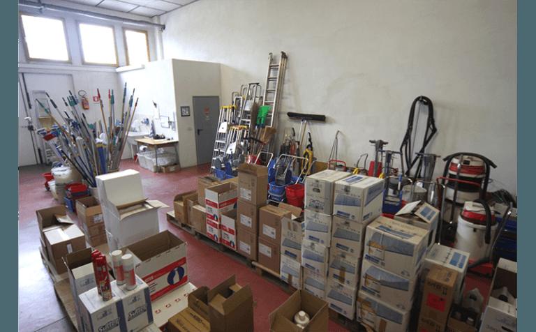 magazzino con attrezzatura per pulizia