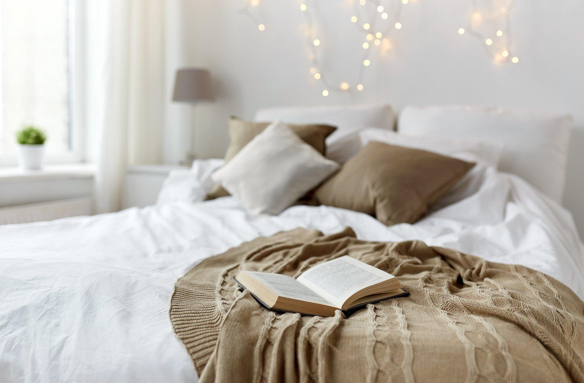 asciugamani su un letto di una stanza