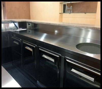 un blocco cucina in acciaio
