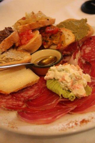 Antipasti toscani, affettati e formaggi a Cortona