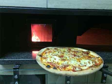 la vera pizza napoletana, quella alta, cotta nel forno a legna, fragrante e profumata, con mozzarella di bufala