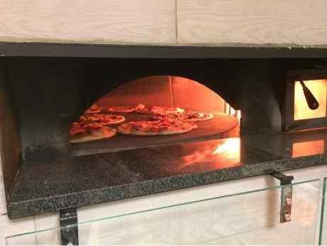 La vera pizza si cuoce nel forno a legna