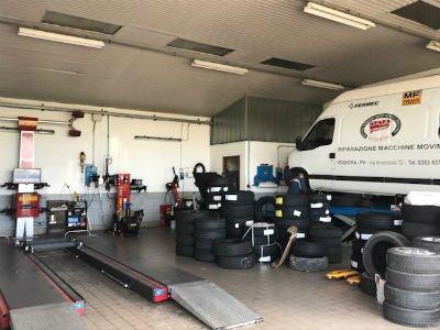 Interno dell autofficina e pneumatici