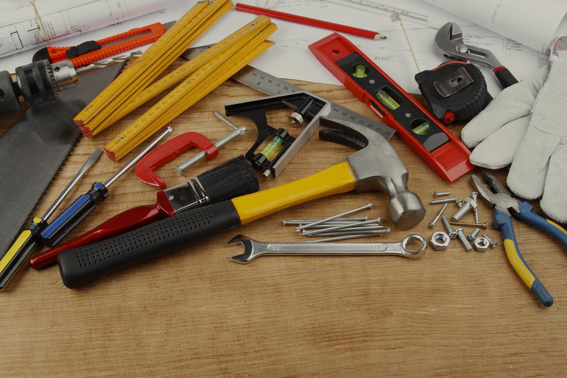 strumenti di lavoro su sfondo legno