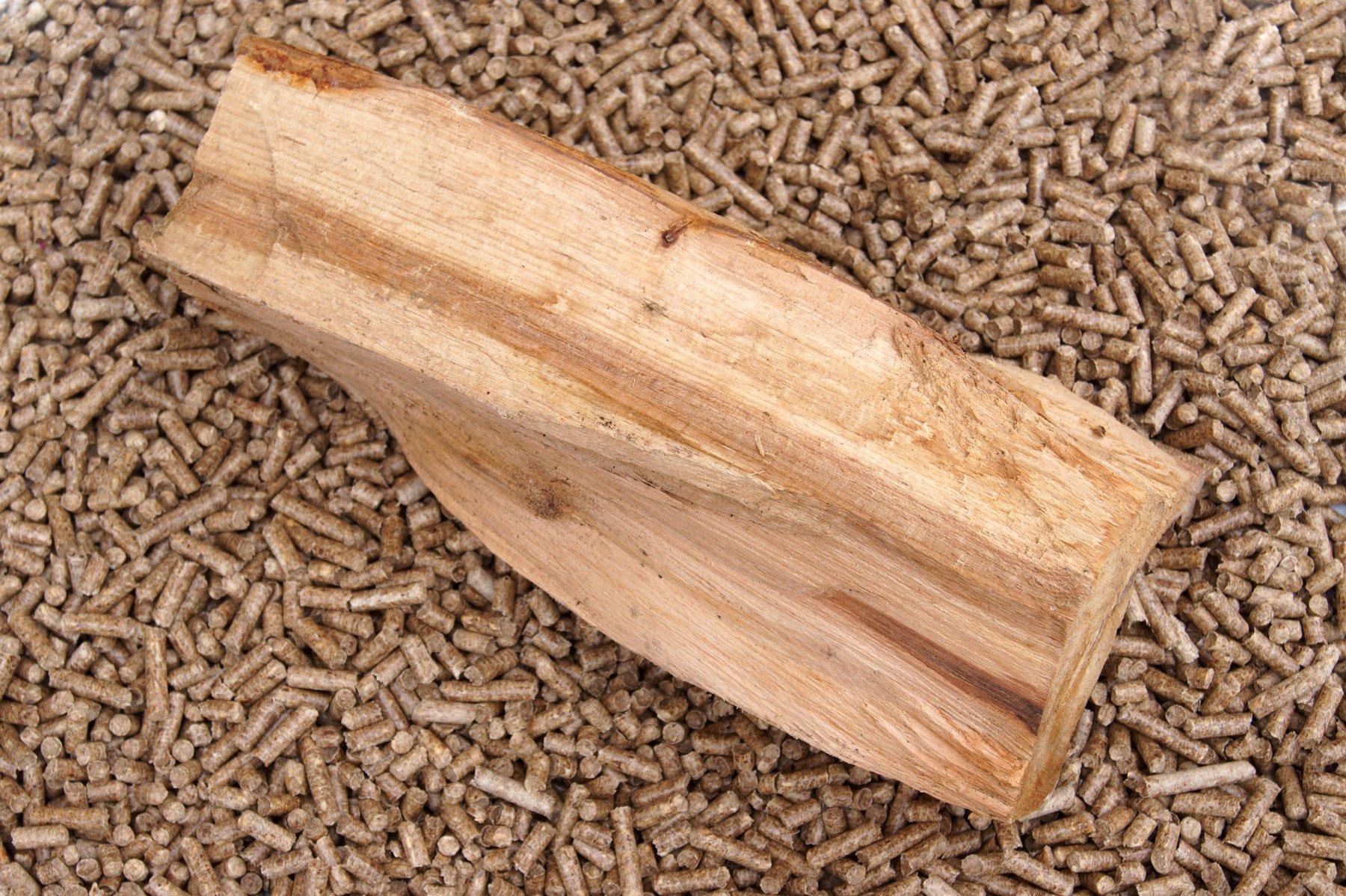 Un ceppo di legno adagiato su del pellet