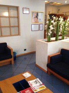 sala d'attesa con divanetti