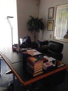 scrivania con tomi