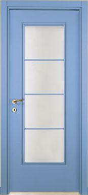 una porta in legno azzurro e vetro