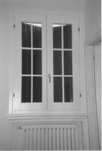 una finestra bianca in legno