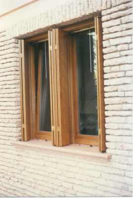 una finestra in legno vista da fuori
