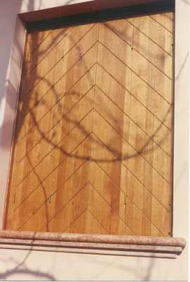 due persiane in legno chiuse
