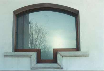 una finestra con finiture in legno