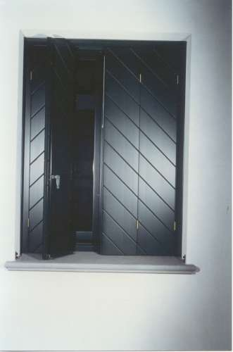 una finestra con persiane di color nero