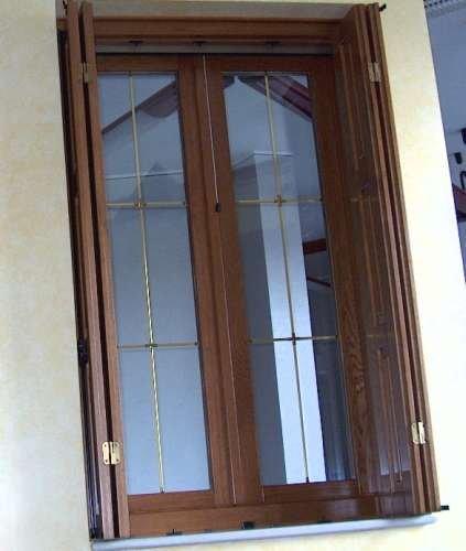 una finestra in legno scuro vista da fuori