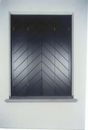 una finestra con persiane nere chiuse
