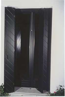 una finestra con persiane nere aperte