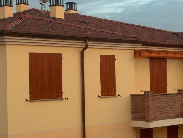 un condominio con delle persiane in legno