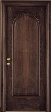 una porta in legno classico