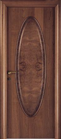 una porta in legno marrone sfumato
