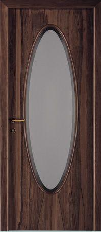 una porta in legno con un vetro ovale al centro