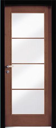 una porta di vetro con finiture in legno marrone