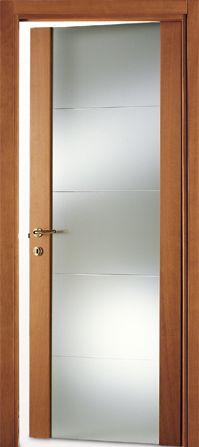 una porta in legno e vetro