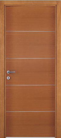una porta marrone con delle righe bianche orizzontali