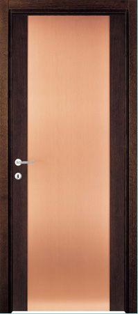 una porta con i bordi marroni scuri e al centro color sabbia