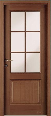 una porta marrone in legno e vetro