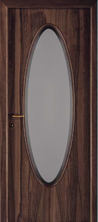 una porta in legno scuro e al centro un vetro di ovale