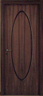 una porta in legno con un disegno ovale al centro