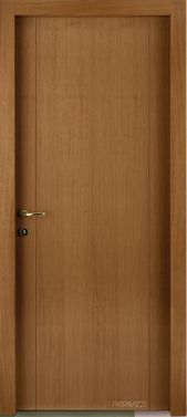 una porta in legno lucido