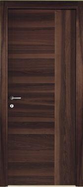una porta in legno scuro sfumato