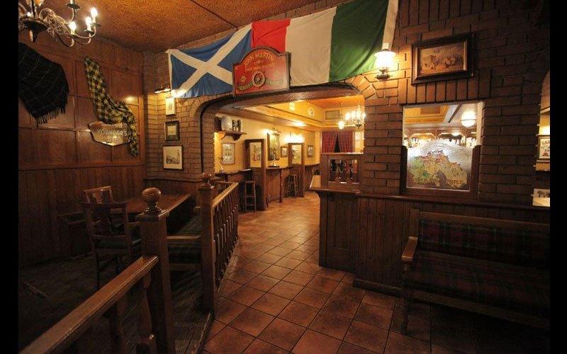 vista di un pub con appese delle bandiere