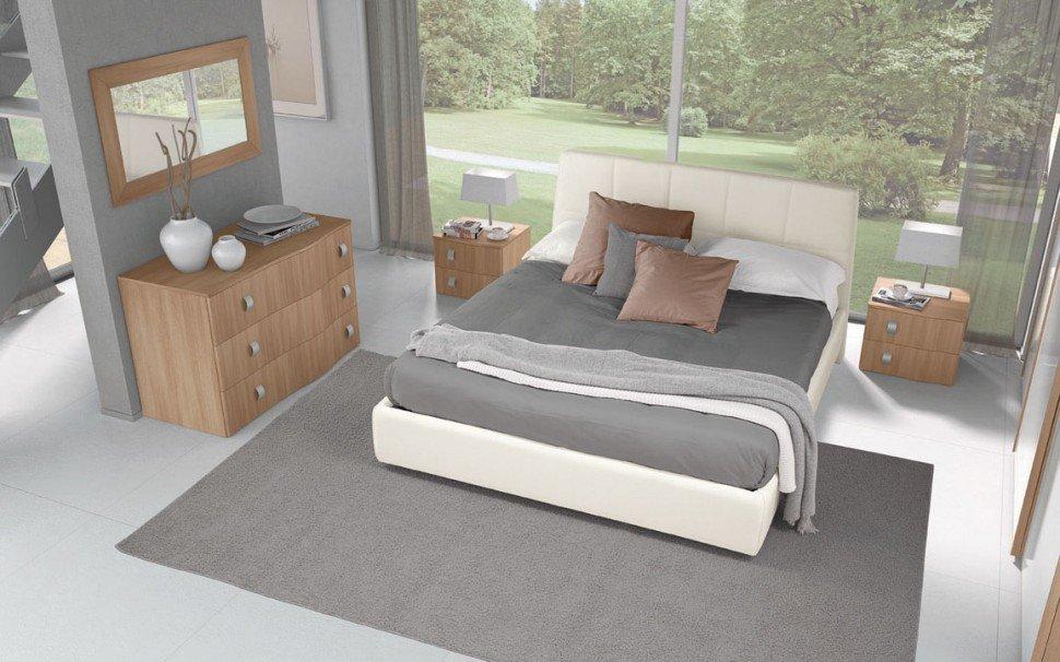un letto con due comodini in legno e una finestra con vista del giardino