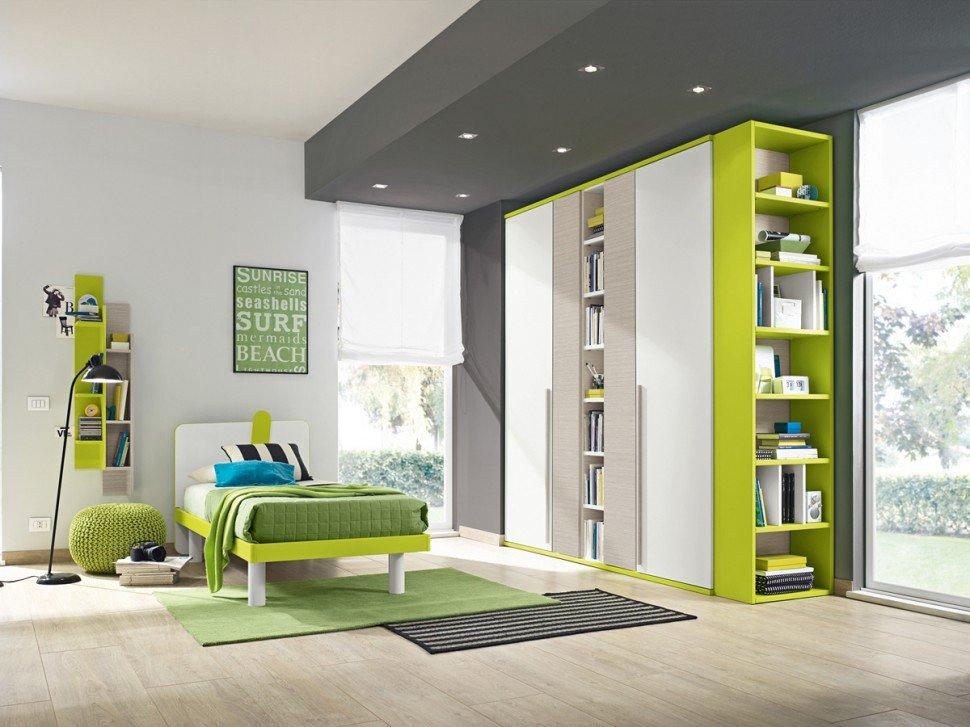 una cameretta con un letto nei mobili di color bianco e verde