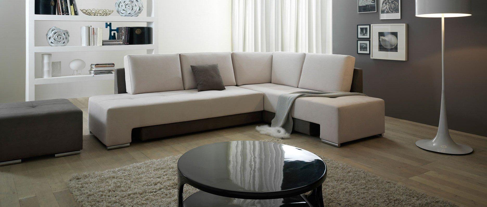 sala con divano angolare e un tavolino nero