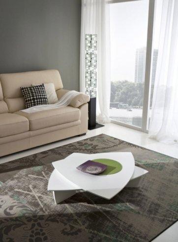 tavolino bianco e un divano beige con dei cuscini