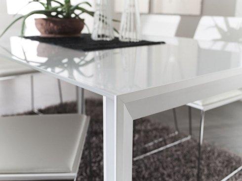 lo spigolo di un tavolo bianco