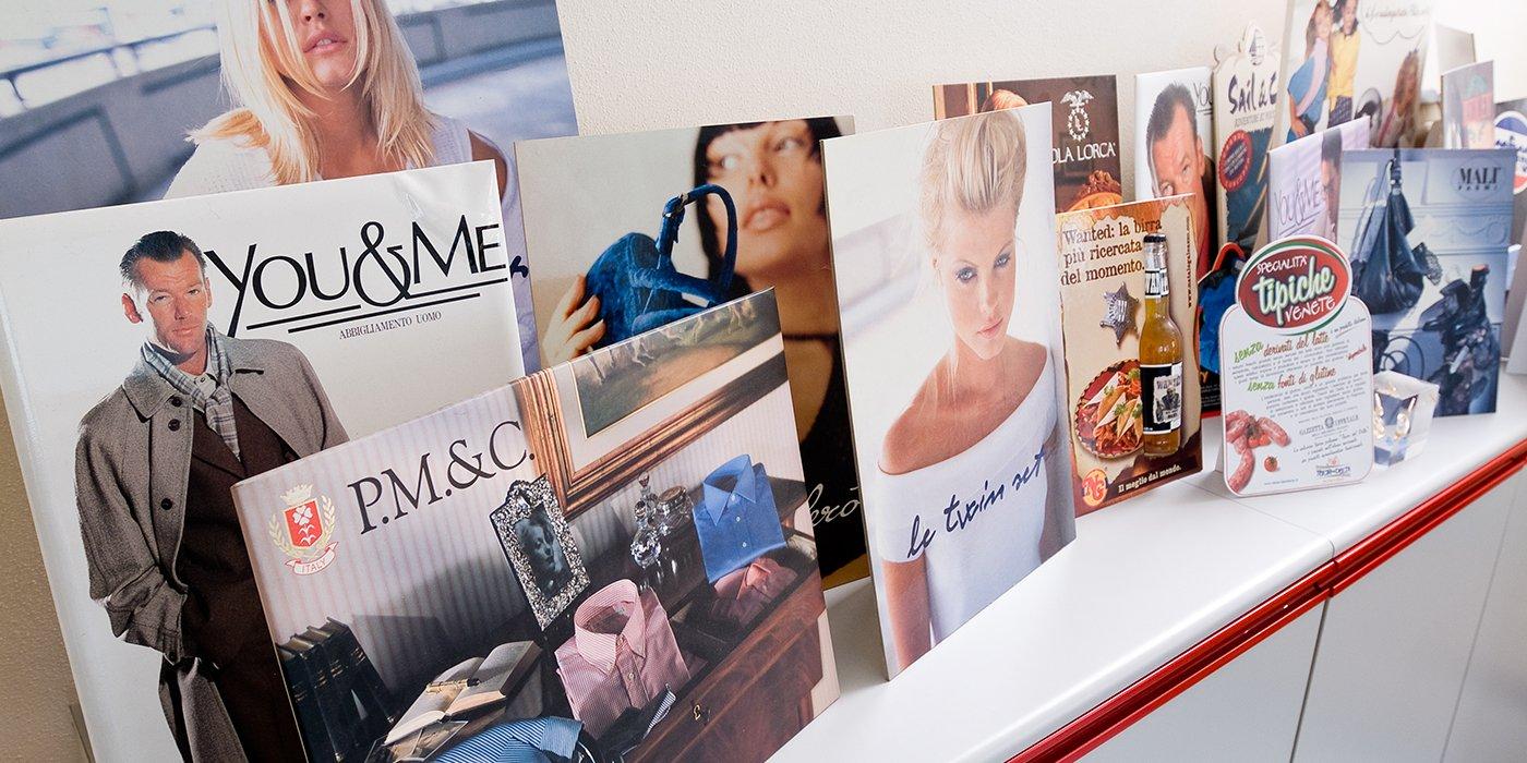 una serie di brochure pubblicitarie di ogni genere