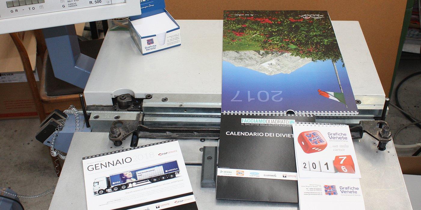 dei calendari stampati appoggiati sopra a un macchinario