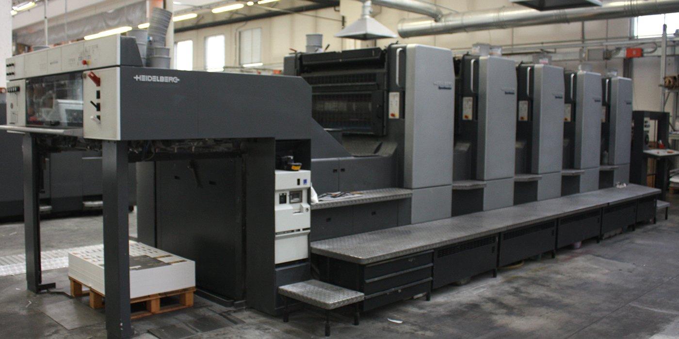 un grande macchinario all'interno di una fabbrica di stampe grafiche
