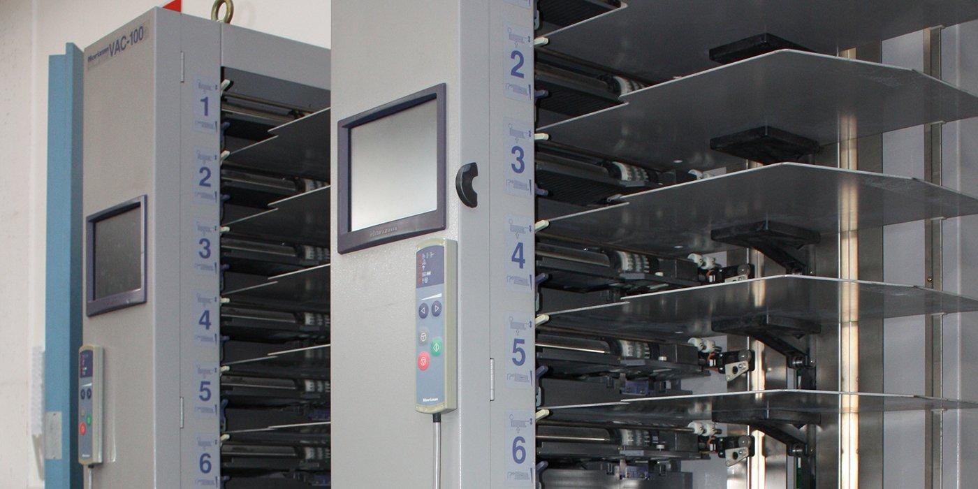 un macchinario con due monitor e delle mensole in ferro