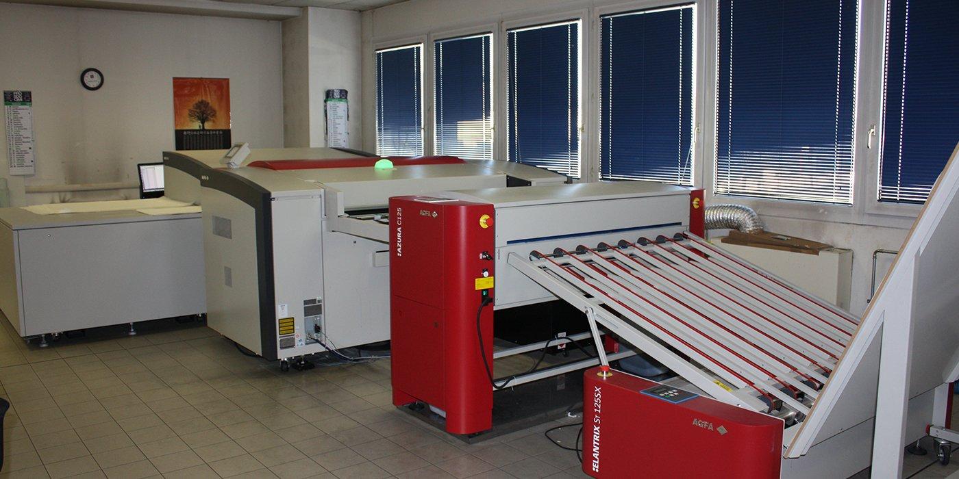 dei macchinari da stampa color bianco e rosso