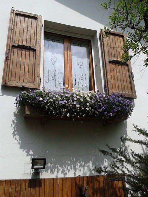 finestra con persiane in legno